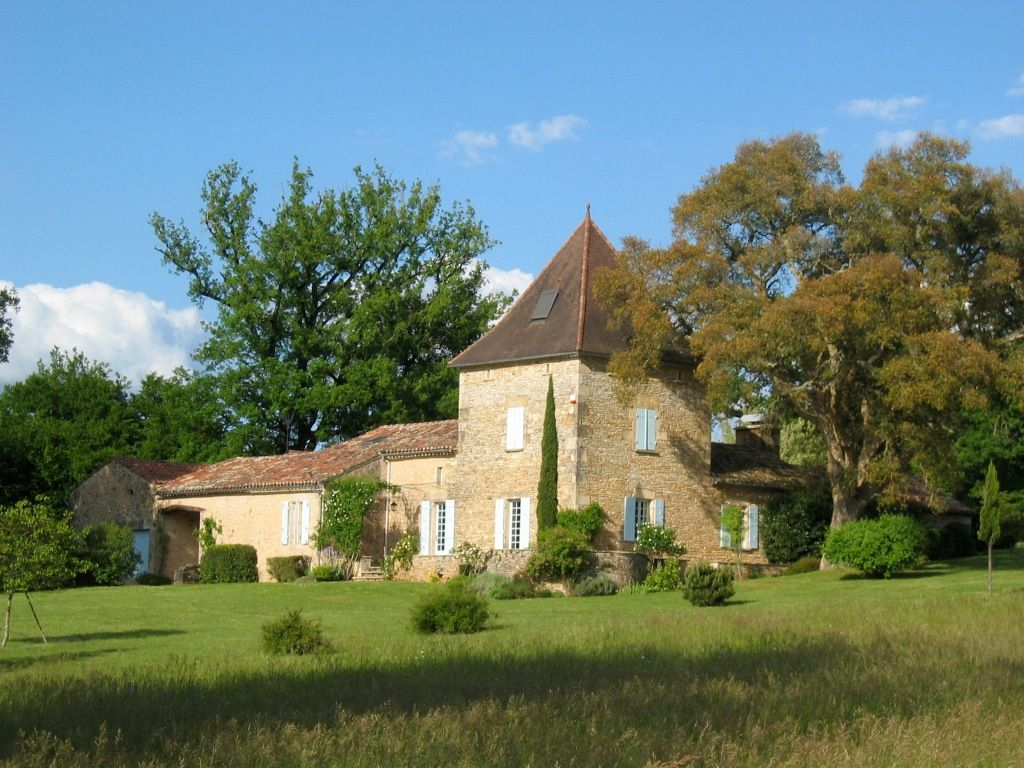 Attractive country house with 12ha and swimming pool
