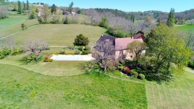 Superbly restored périgourdine farmhouse with swimming pool, barn and 1.5ha