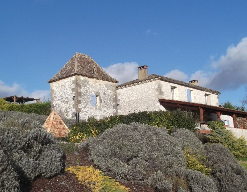 Restored farmhouse with pigeonnier and swimming pool