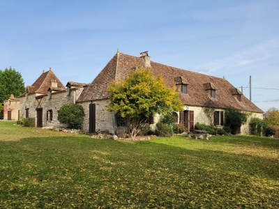 Substantial 18th century perigourdine farmhouse with vineyard and 10ha