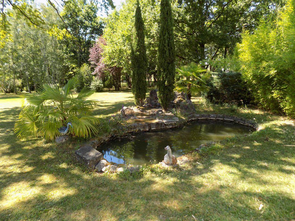 Jolie maison de style périgourdin avec une piscine et 2 hectares