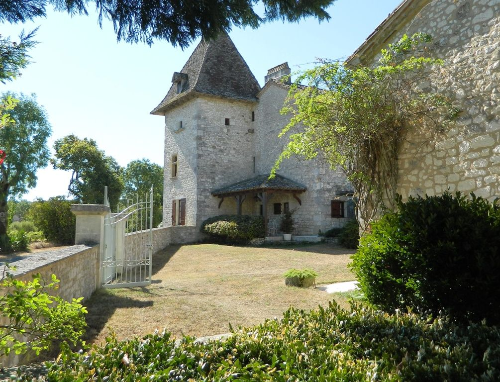 16th century fortified farmhouse with swimming pool and gite