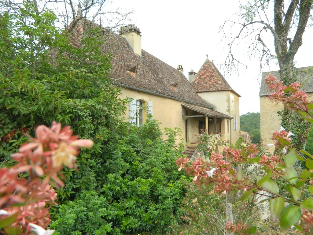 Attractive 17th century périgourdine house with large garden
