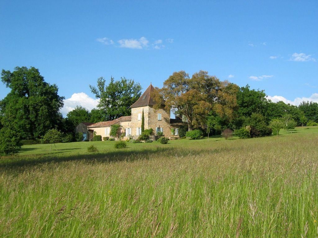 Charmante maison de campagne avec 12 ha et une piscine