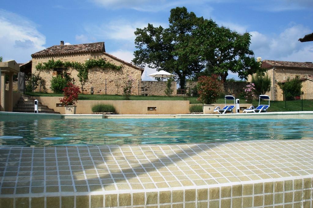 Complexe de gîtes établis avec piscine